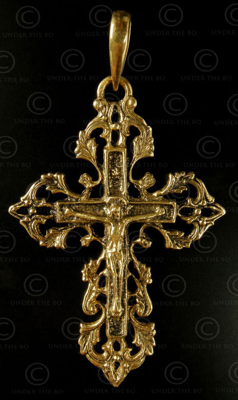 Gold Christian cross P167. India.
