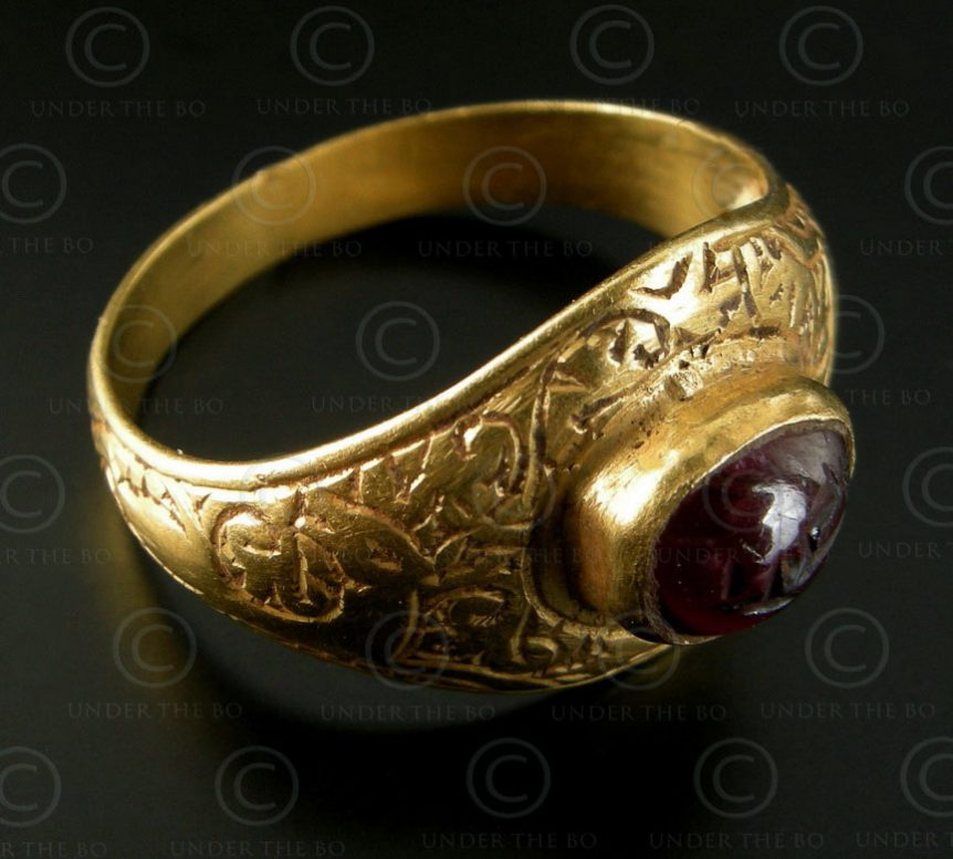 Islamic gold ring R218. Persia (Iran) or Afghanistan.